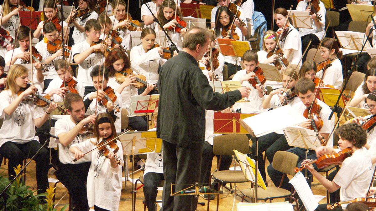 Nikolaus Harnoncourt dirigiert dieses Orchester im Austtria Center Vienna