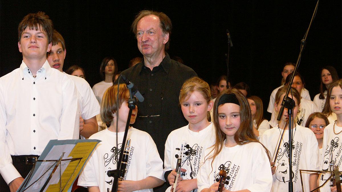 Nikolaus Harnoncourt erblickt bei der 1. Probe das 227-köpfige Mur- Mürztaler Jugendsinfonieorchester